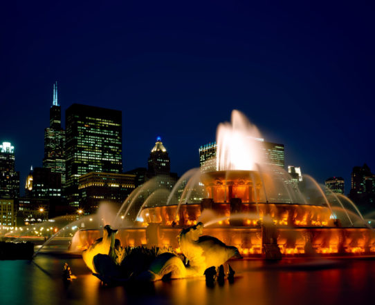 chicago-fountain-and-skyline-at-night